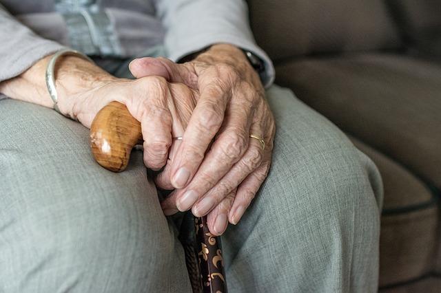 Hände einer älteren Frau