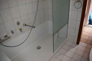 Ebenerdige Dusche und ebenerdige Duschwanne
