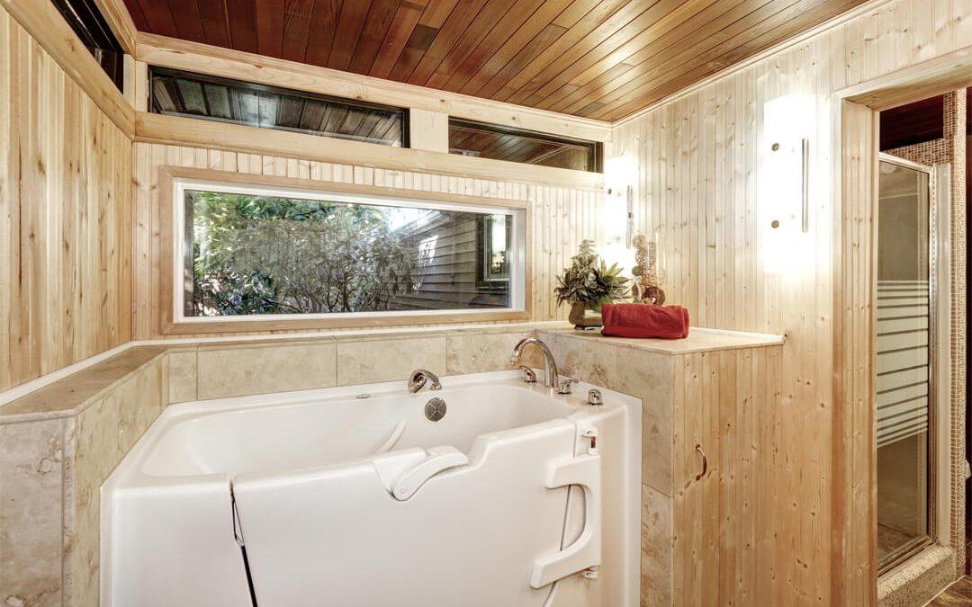 Sicheres und barrierearmes Baden und Duschen mit einer Sitzbadewanne