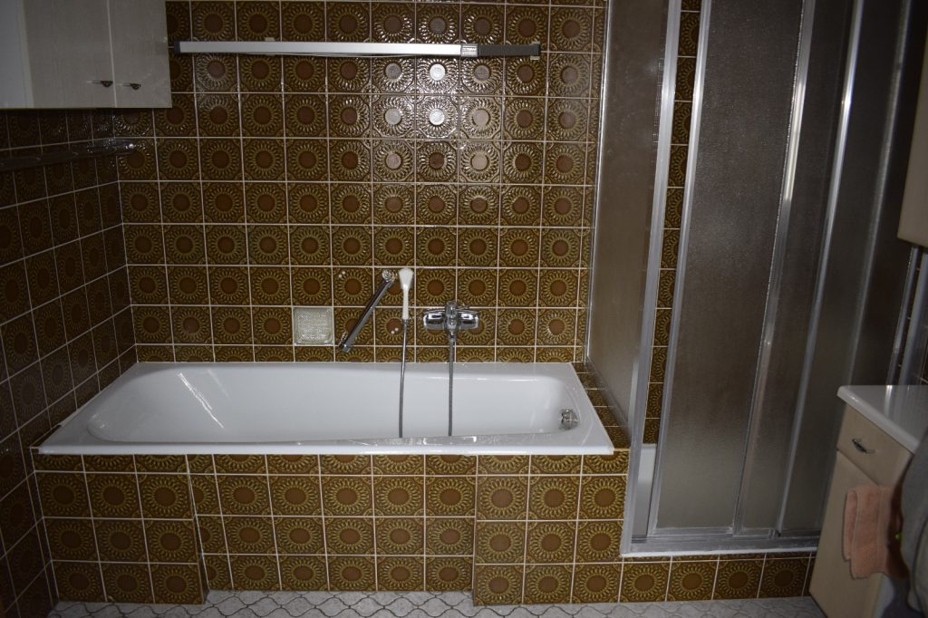 Typische Badewanne + Dusche mit Barrieren